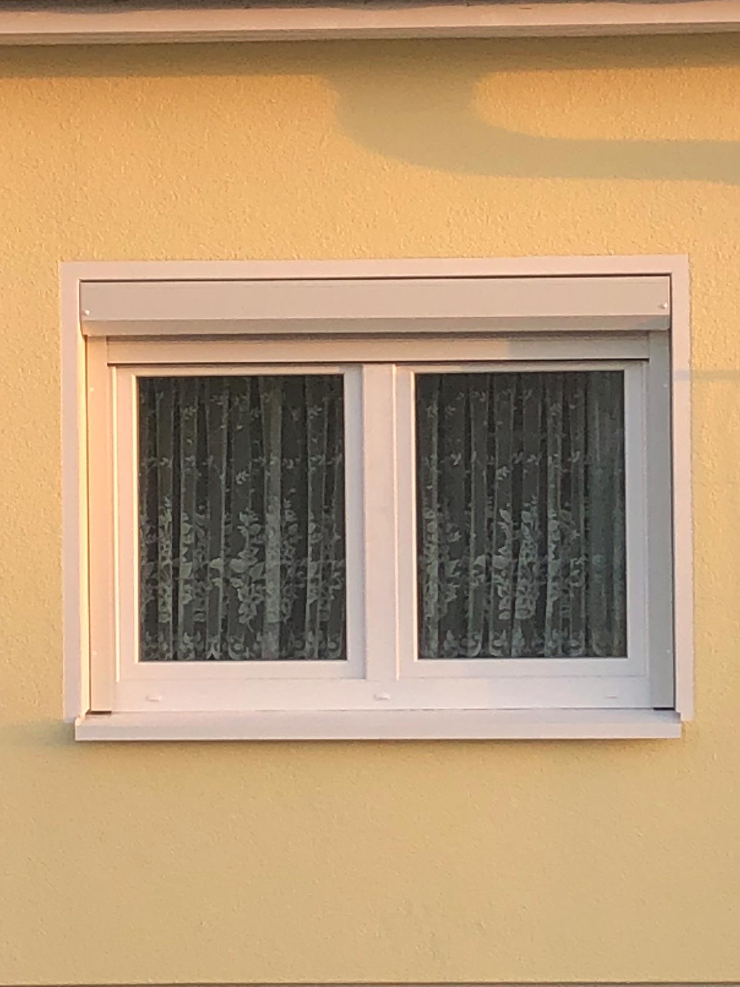 montierter Fenster-Vorbaurolladen